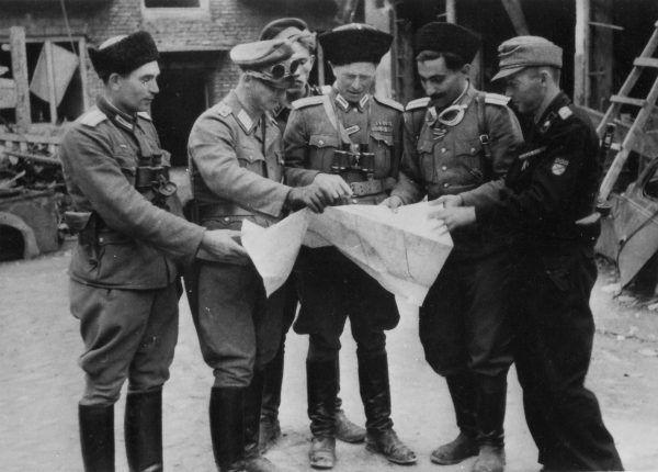 W powstaniu warszawski po stronie niemieckiej walczyli też przedstawiciele innych nacji. Na fotografii major Iwan Frołow naradza się z oficerami RONA - armii rosyjskich kolaborantów.