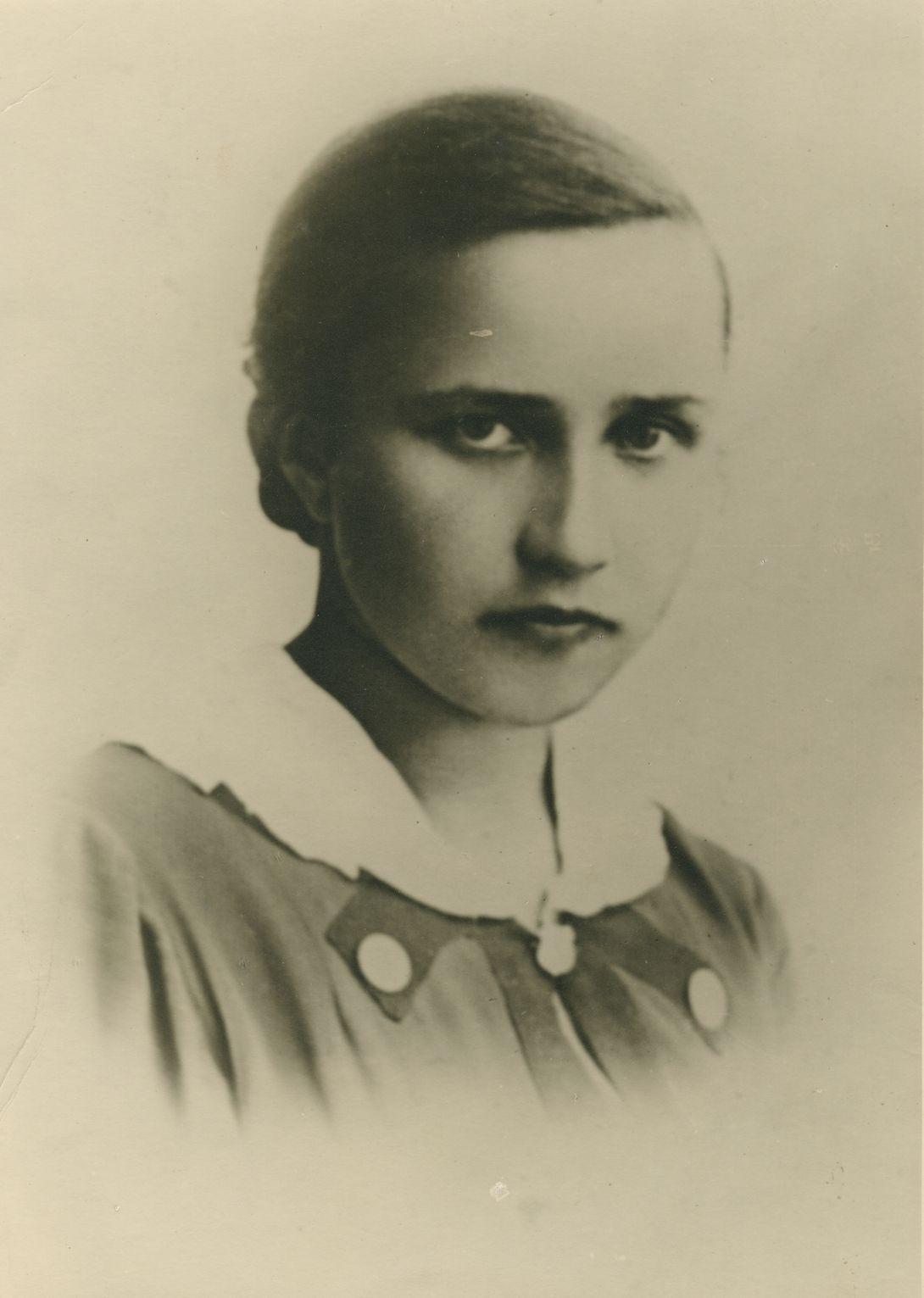 """Zenobia Żurawska, fotografia maturalna (1937 r.). Zdjęcie pochodzi z książki """"Dziewczyny wojenne"""" (Znak Horyzont 2017)."""