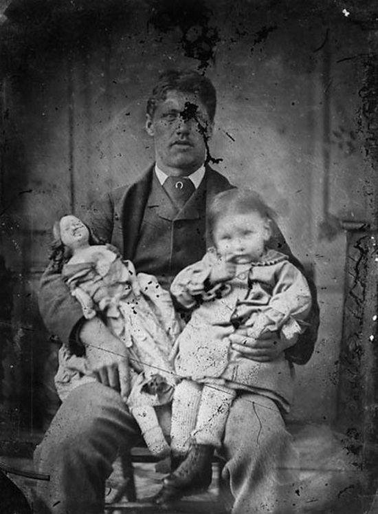 W XIX-wiecznych rodzinach często najważniejsze były pozory. Za wszelką cenę starano się ukryć problemy: konflikty, alkoholizm, choroby psychiczne czy akty przemocy.