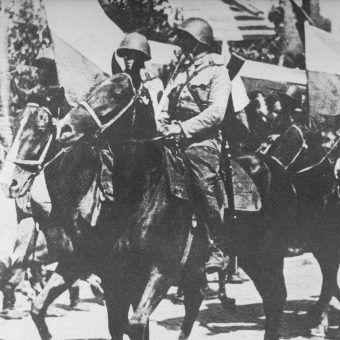 Żołnierze 1. Warszawskiej Samodzielnej Brygady Kawalerii w trakcie defilady. Sierpień 1945.