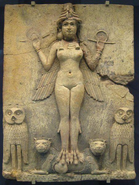 Rzeźba, znajdująca się dziś w British Museum, przedstawia prawdopodobnie Isztar, babilońską boginię miłości i seksu. To właśnie jej kult przyczynił się do nadmiernego seksualnego rozpasania, z którego słynie stolica mezopotamskiej Babilonii.