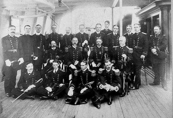 Ojciec Elizabeth George C. Thorpe (stoi czwarty od lewej) był oficerem Marine Corps, w związku z tym często zmieniał miejsce zamieszkania. Jego córka podróżowała razem z nim.