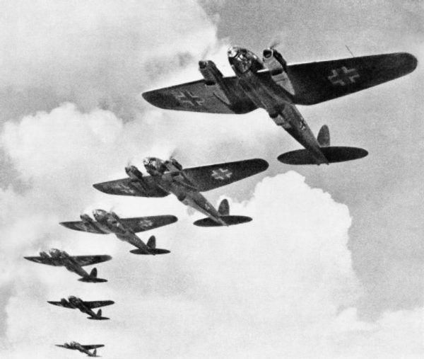 Bombowce Heinkel He 111 nad Londynem w czasie Bitwy o Anglię. Dowódcą polskiego Dywizjonu 303 był wówczas brytyjski lotnik, Ronald Gustave Kellett.