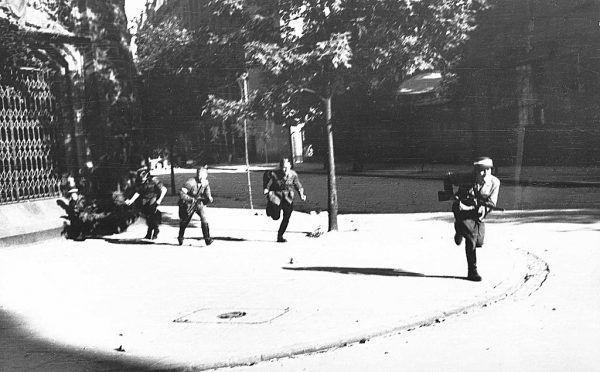 """Genera von Vormann szybko zrozumiał, że nie docenił powstańców. Na zdjęciu żołnierze Kompanii """"Koszta"""" podczas natarcia na lokal """"Esplanada""""."""