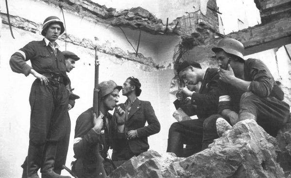 Niemieckie dowództwo było pod wrażeniem zdolności bojowej żołnierzy Armii Krajowej. Na zdjęciu powstańcza placówka nw ternie Poczty Głównej.
