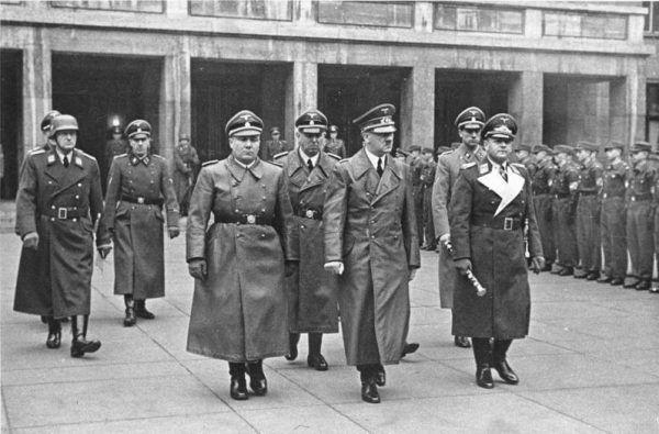 W raporcie do sekretarza Hitlera Martina Bormanna (na pierwszym planie z lewej) warszawska komórka NSDAP donosiła że powstanie wywołali... komuniści.