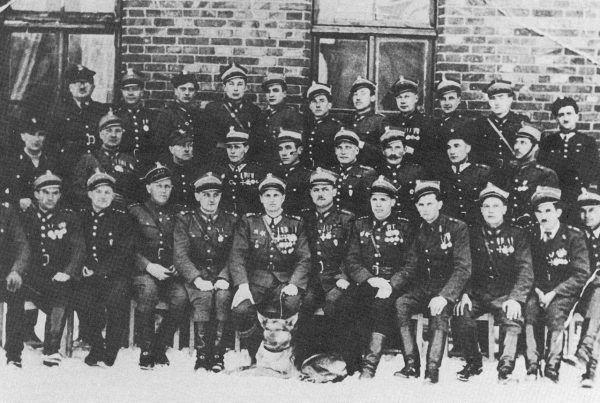 Kadra oficerska 1. Warszawskiej Samodzielnej Brygady Kawalerii i pies. Styczeń 1945 roku.