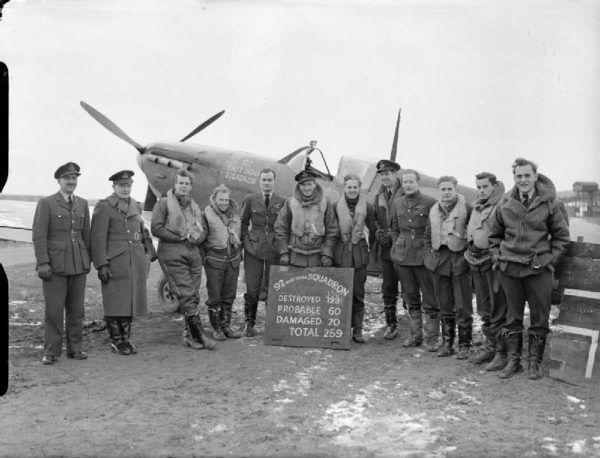 John A. Kent uzyskał licencję pilota już w wieku 17 lat. W 1940 roku stanął na czele eskadry w Bitwie o Anglię. Na zdjęciu wśród innych asów myśliwskich.