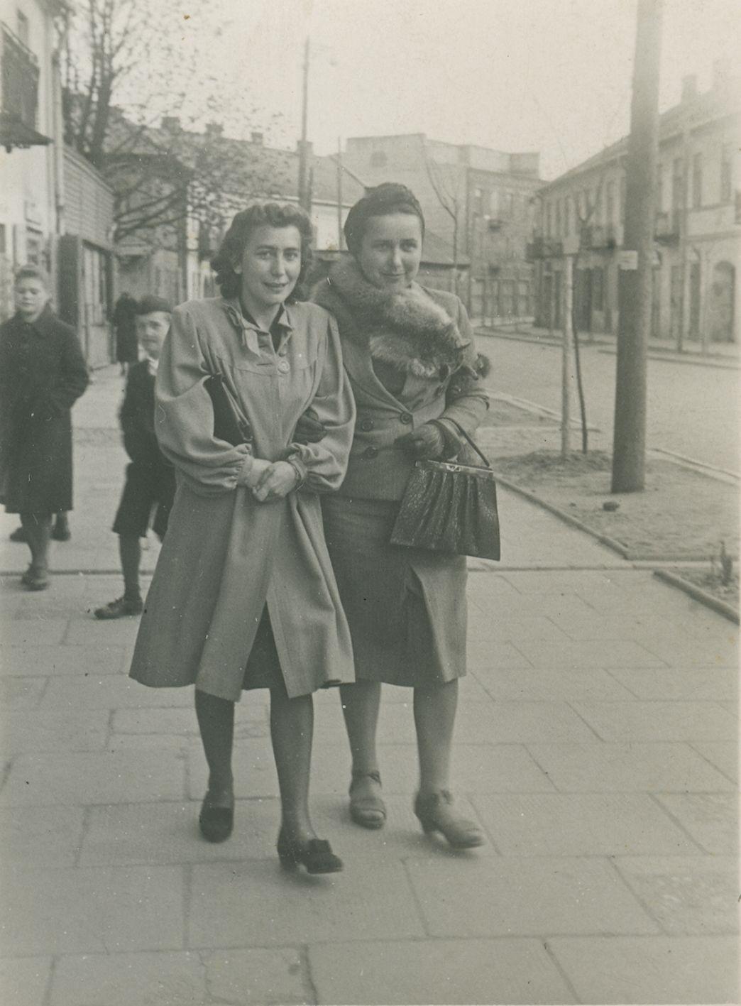 """Zenobia Żurawska (po prawej), 1943 r. Zdjęcie pochodzi z książki """"Dziewczyny wojenne"""" (Znak Horyzont 2017)."""