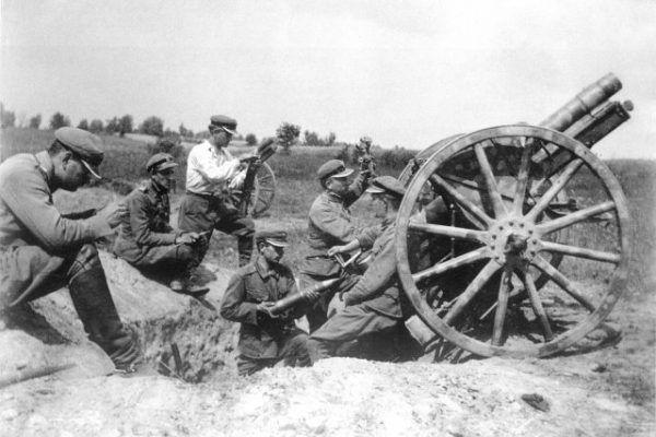 Polscy artylerzyści na stanowiskach bojowych. Wsparcie artylerii wydatnie pomogło w zdobyciu miasta.