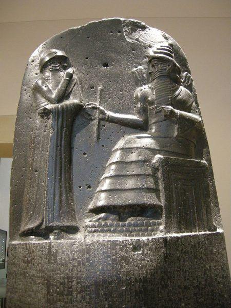 """Hammurabi panował w latach 1792-1750 p.n.e. i był najsyłynniejszym królem z I dynastii z Babilonu. Na zachowanym fragmencie steli, bóg słońca Szamasz podaje mu symbole władzy królewskiej. W historii zapisał się przede wszystkim jako twórca Kodeksu, z którego ponoć wywodzi się sławna zasada """"oko za oko, ząb za ząb""""."""