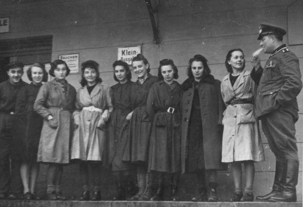 """Tak ubierała się większość kobiet w okresie okupacji. Zdjęcie pochodzi z książki """"Dziewczyny wojenne"""" (Znak Horyzont 2017)."""