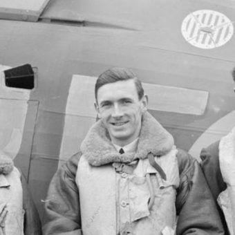 Johny Kentowski w czasie Bitwy o Anglię. W tle widoczny znak Dywizjonu 303.