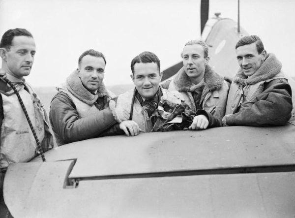 Na zdjęciu Mirosław Ferić, Bogdan Grzeszczak, Jan Zumbach, Zdzisław Henneberg oraz Jonh Kent z Dywizjonu 303..