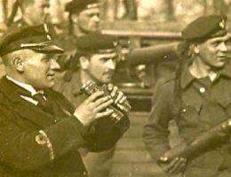 """Ppor. mar. Karol Oszek, oficer artylerii """"Pancernego I"""" podczas bitwy o Czarnobyl."""