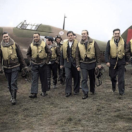 Piloci Dywizjonu 303. Młodzi, odważni i świetnie wyszkoleni zapisali się w historii II wojny światowej przede wszystkim dzięki zwycięskiej Bitwie o Anglię.