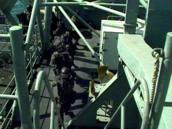 """Przeszukiwanie zarówno schronów, jak i przemytniczych statków, to wyczerpujące zajęcie. Zdjęcie pochodzi z książki Navala pt. """"Zatoka"""" (Bellona 2017)."""