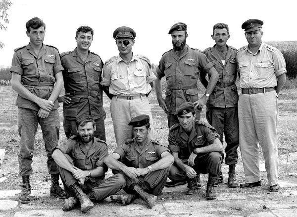 """W Operacji """"Bulmus 6"""" brał udział m.in. Rafael Ejtan, ówczesny dowódca Korpusu Piechoty i Spadochroniarzy (na tym zdjęciu z 1955 roku siedzi pierwszy z prawej)."""