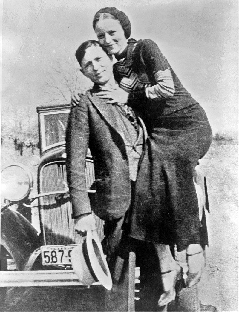 Początkowo Bonnie&Clyde popełniali jedyne drobne wykroczenia. Z czasem jednak ich brutalność wzrastała. Dokonywali nie tylko rabunków, ale i bezlitosnych morderstw. Dlatego i policjanci nie mieli dla nich skrupułów.