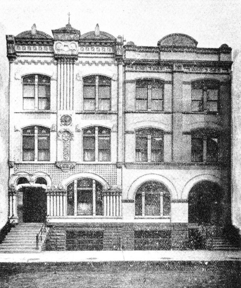 Tak wyglądała fasada najsłynniejszego domu publicznego w Chicago. Siostry Everleigh wybrały to miasto ze względu na małą konkurencję. Tak luksusowych domów publicznych jak ten, mafijna stolica USA dotąd nie widziała.