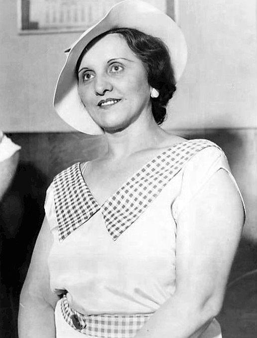 Anna Sage, dwa dni przed śmiercią Dillingera, była uśmiechnięta i beztroska. W końcu za wydanie gangstera obiecano jej uregulowanie imigracyjnego statusu. Los jednak spłatał kobiecie figla...