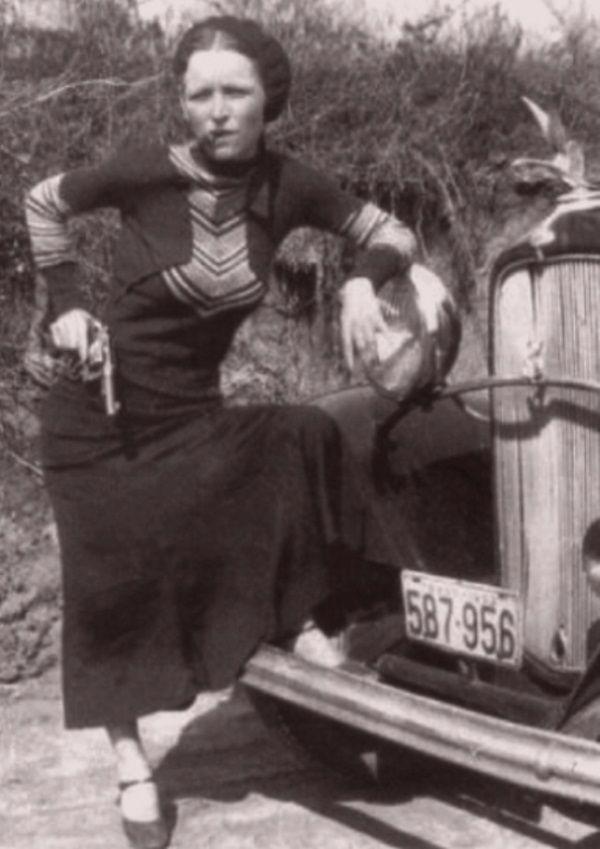 Bonnie Elizabeth Parker zginęła dosłownie podziurawiona jak sito. Utkwiło w niej aż czterdzieści kul, które wystrzelili policjanci, gdy tylko para gangsterów została rozpoznana.