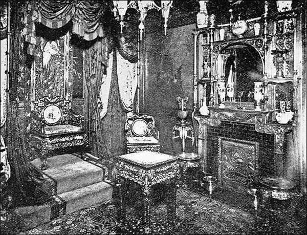"""Chociaż zachowane zdjęcia """"Klubu Everleigh"""" są niezbyt wyraźne, nie sposób nie zauważyć pomysłowości w jego urządzeniu. Przykładowo, widoczny na ilustracji pokój japoński cieszył się ogromną popularnością - nie tylko wśród miłośników tamtejszej kultury."""