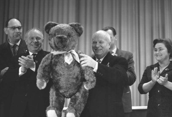 Na rok przed przejściem na emeryturę Chruszczow pozuje w NRD z... misiem!