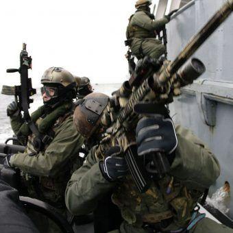 Jak wiele taktyk GROM-u polscy komandosi zawdzięczają Izraelczykom? Na zdjęciu operatorzy Navy SEAL i GROM-u w trakcie wspólnych ćwiczeń (autor: Piotr Andrews).