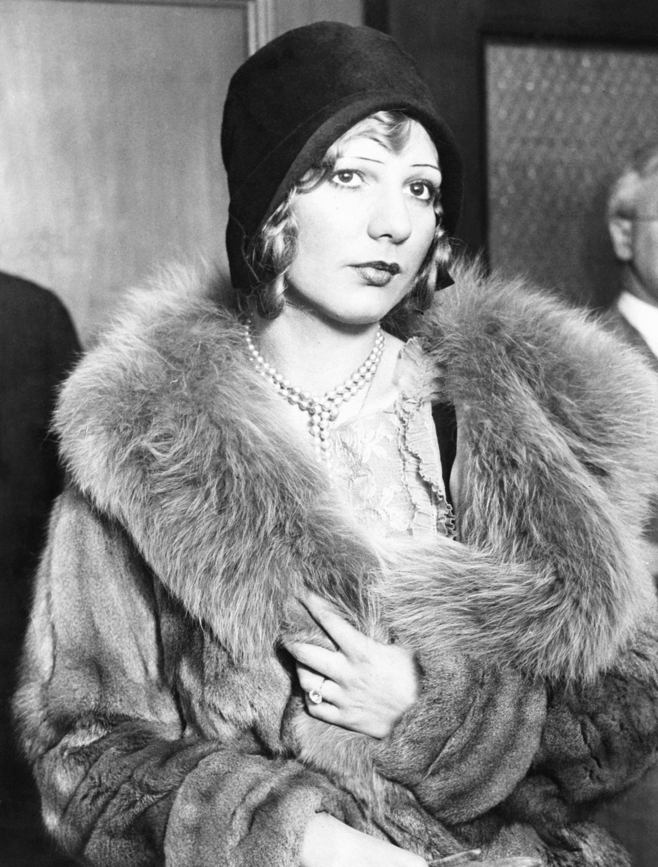 Louise May Rolfe, znana jako piekielna Blond Alibi. Urodzona 7 maja 1906 roku, zmarła 21 lutego 1995 roku. Członkini gangu Outfit, na którego czele stał słynny Al Capone.