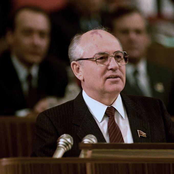 Michaił Gorbaczow przemawia na zjeździe KPZR.