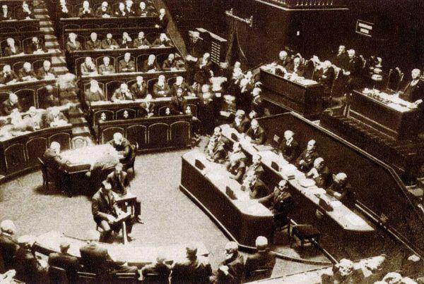 Mussolini przed Senatem w 1922 roku.