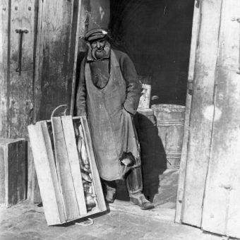 Robiąc przed wojną zakupy należało strzec się na każdym kroku. Na zdjęciu właściciel sklepu spożywczego w Równem.