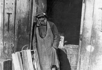 Robiąc przed wojną należało strzec się na każdym kroku. Na zdjęciu właściciel sklepu spożywczego w Równem.