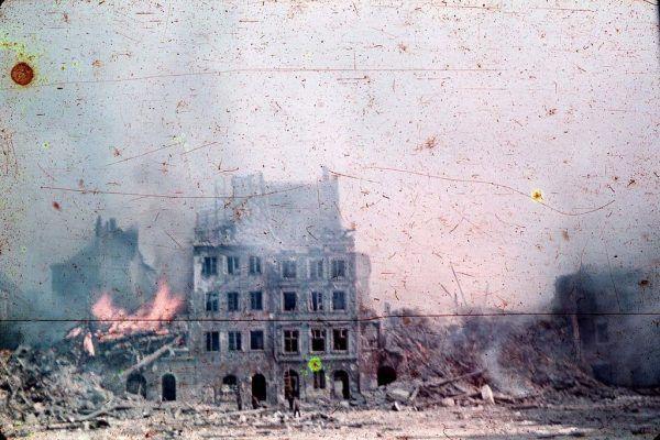 Rynek Starego Miasta w płomieniach powstańczych walk, sierpień 1944.