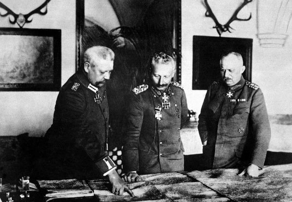 Po fali krytyki jaka spadła na Niemcy jesienią 1914 roku cesarz Wilhelm II (w środku) wystosował obłudny list do prezydenta Wilsona.