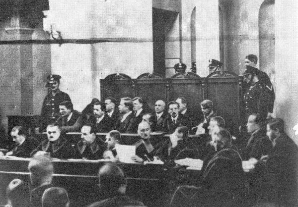 Ława oskarżonych podczas procesu brzeskiego.