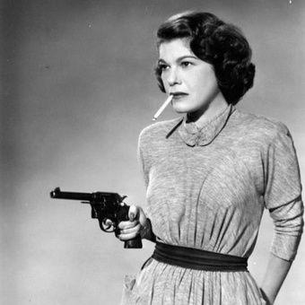 obrazek wyróżniający. smoking woman with gun
