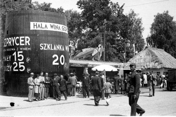 Stragany na jarmarku z okazji Dni Krakowa 1938. Widoczne między innymi stoisko ze szprycerem w kształcie beczki. W współczesnym Krakowie na rynku z podobnej beczki można kupić grzane wino. Jak widać niewiele się zmieniło w tej kwestii.