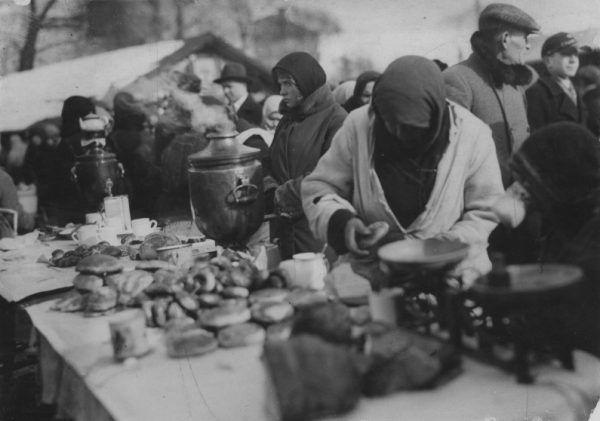 Jarmark odpustowy w dniu św. Kazimierza tzw. Kaziuki w Wilnie w 1931 roku. Prawdziwa uliczna kawiarenka, z samowarem, herbatą pitą w filiżankach, bułeczkami, drożdżówkami i pączkami. W sam raz aby posilić się po tradycyjnej mszy.