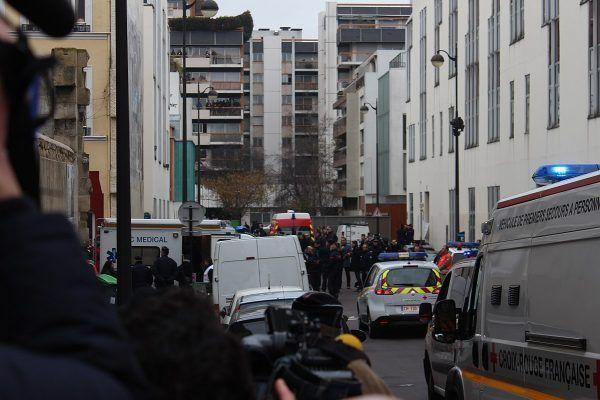 Pełna służb ulica przed redakcją Charlie Hebdo w dniu zamachu.