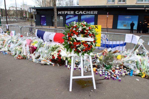 Kwiaty przed koszernym supermarketem Hyper Cacher, gdzie Coulibaly sterroryzował klientów i obsługę.