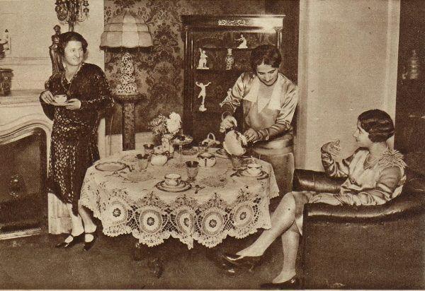 """Popołudniowa herbatka, rok 1929. Na taką okazję stół musiał być zastawiony porcelaną i przykryty eleganckim obrusem. Zdjęcie i podpis pochodzą z książki """"Dwudziestolecie od kuchni""""."""