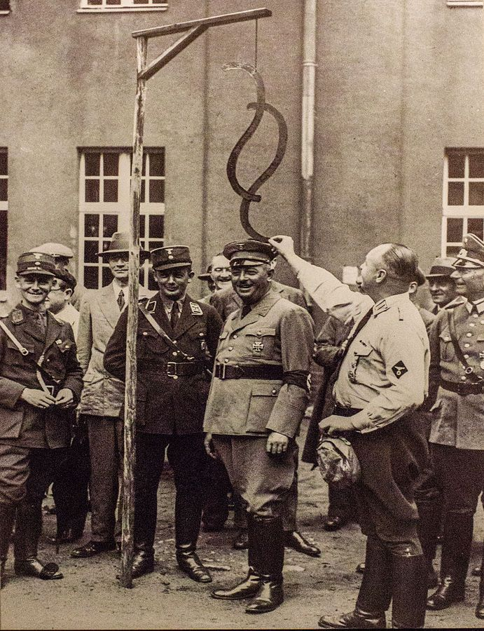 Wymiar sprawiedliwości III Rzeszy w sprawach politycznych działał przerażająco sprawnie. Na zdjęciu minister sprawiedliwości Prus Hans Jerrl podczas wizyty w obozie szkoleniowym w 1934 roku.