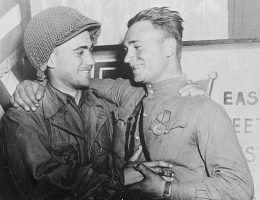 W wojsku niemalże każdego kraju nie brakowało żołnierzy o orientacji homoseksualnej. Czy jednak byli oni traktowani tak samo jak i heteroseksualni koledzy? Na ilustracji zdjęcie z okresu II wojny światowej przedstawiające dwóch oficerów: amerykańskiego i radzieckiego.