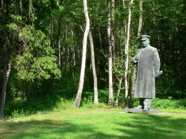 Nie wiadomo kto był większym szaleńcem - naukowiec, którzy próbował zrealizować w praktyce mocarstwowe ambicje Stalina, czy sam sowiecki dyktator inicjujący genetyczne eksperymenty. Jak widać jednak na zdjęciu - i nieobliczalnym ludziom stawia się pomniki.