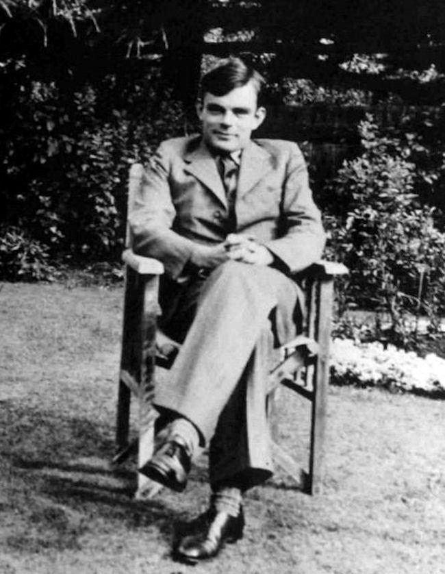 Alan Turing był wybitnym matematykiem. Dziś uważany jest za ojca sztucznej inteligencji. Wystawiono mu nawet w Manchesterze pomnik. Jednak gdy żył, zmagał się z nietolerancją i prześladowaniem. Poddano go nawet specjalnej terapii, mającej wyleczyć go z homoseksualnych skłonności, która stała się jedną z przyczyn jego samobójstwa.