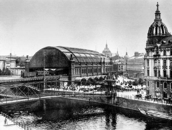 Dworzec Friedrichstrasse w Berlinie na fotografii z epoki.