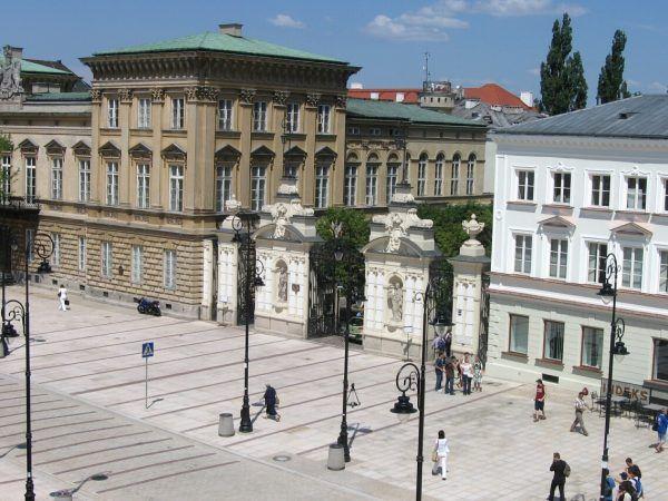 Służba Bezpieczeństwa inwigilowała zwłaszcza osoby wykształcone. W centrum jej zainteresowania znajdowały się także środowiska studenckie, które - jak w 1968 r. - bywały miejscem narodzin ugrupowań opozycyjnych. Na zdjęciu brama Uniwersytetu Warszawskiego.