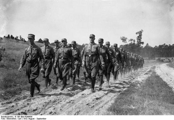 """""""Noc długich noży"""" przeszła do historii przede wszystkim jako nazwa akcji, podczas której Hitler nakazał wymordować swoich przeciwników wewnątrz ruchu narodowosocjalistycznego. Wraz jednak z czystką w Oddziałach Szturmowych (członkowie SA na zdjęciu) swój szczyt osiągnęły i prześladowania homoseksualistów w Niemczech."""